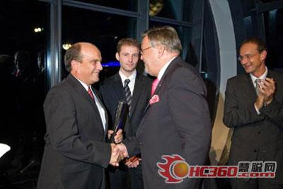 "Richard Stevens(of manager of Rok company product is left) had received "" 2007 Innoward "" silver-colored award"